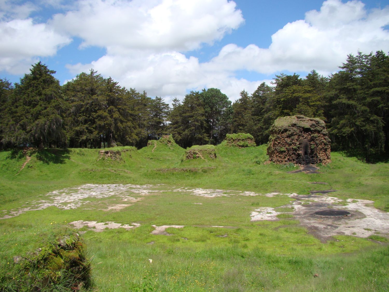 Figure 3. View of the remains of the acropolis of Q'umarkaaj, seat of the K'iche' confederacy (Sergio Romero)